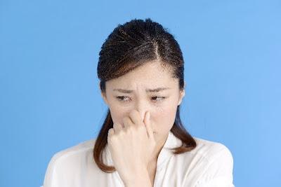 排水管の匂いを気にする女性