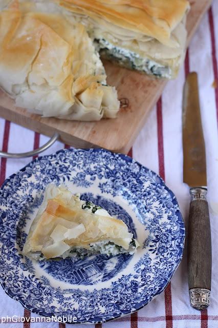 Torta salata di pasta fillo farcita con ricotta di pecora e coste