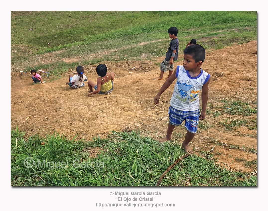 Niños jugando en Santa María de Ojeal, a orillas del Amazonas.
