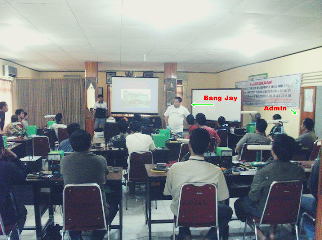 Gambar Bang Jay ketika sedang memberikan Motivasi peserta Life Skill Teknisi Handphone di Banjarbaru