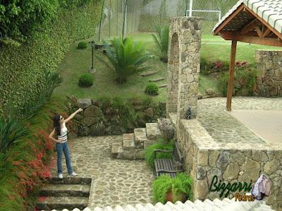 Construção de pórtico de pedra, com pedra moledo, com os muros de pedra, as escadas de pedra e o piso de pedra com pedra moledo com execução do paisagismo em sítio em Mairiporã-SP.