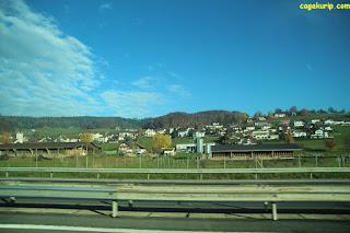 Pemandangan di tepi jalan tol di Bern
