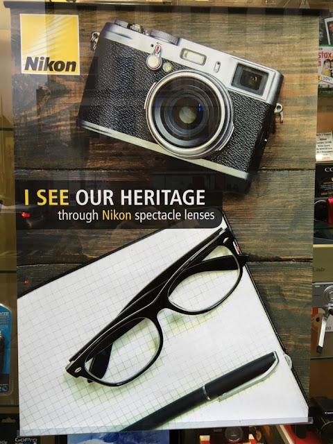 Poster Nikon con immagine di fotocamera Fujifilm X100