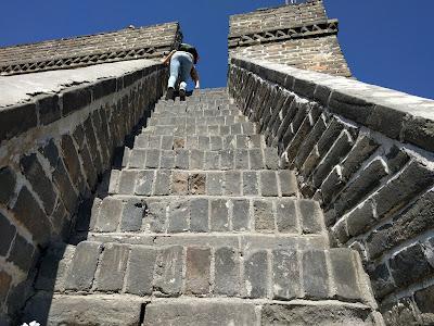 Великая Китайская стена.  Последние ступеньки, чтобы забраться на секцию 20