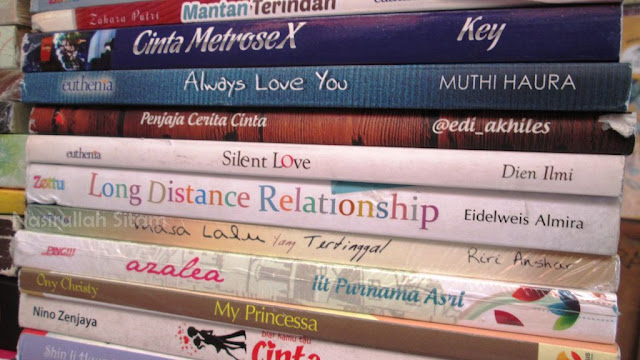 Tumpukan koleksi novel di Shopping