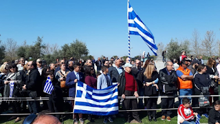 Θεσσαλονίκη: Πολίτες τραγουδούν το «Μακεδονία Ξακουστή» και παροτρύνουν την μπάντα να το παίξει