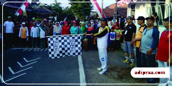 Jalan Sehat dibuka secara simbolis oleh Ketua RW. 02 Desa Minomartani | adipraa.com