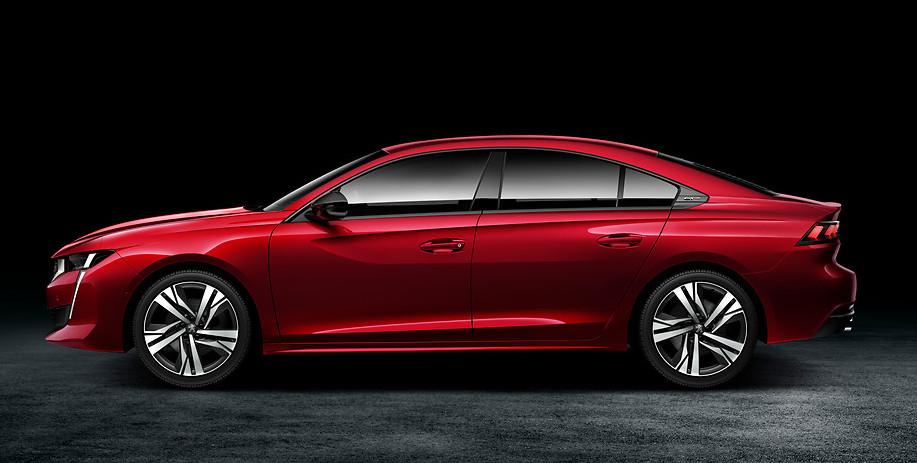 nuova peugeot 508 foto profilo laterale, auto di colore rosso