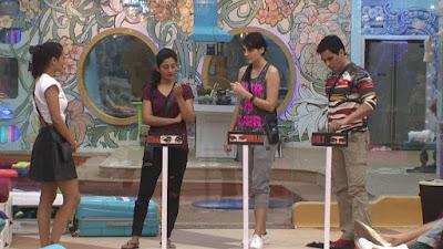 बिग बॉस -9 में एक टास्क के दौरान रोशेल, रिमी, मंदना और अमन।
