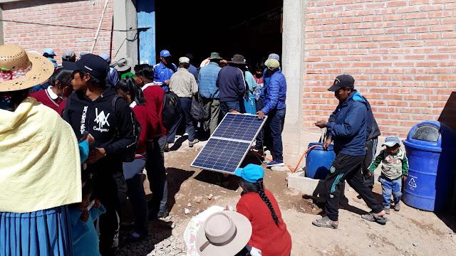 Mit Sonnenpanels wird die Energie erzeugt zum Besprengen des Ackers.