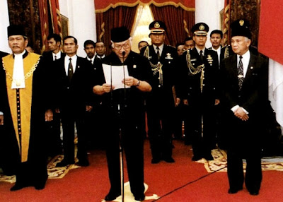 Foto Kejatuhan Lengsernya Soeharto dari Kursi Kepresidenan