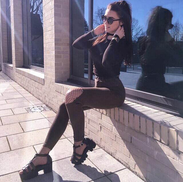 netzstrumpfhose, fishnet tights, fishnet, fashion blogger, vanessa worth, blogger, deutsche blogger, blogger deutschland, trends 2017, grunge, grunge look, grunge inspiration, grunge style, lookbook, style, style inspiration, ootd, how to style fishnet, wie kombiniere ich netzstrumpfhosen, sunglasses, outfit, outfit inspiration, vanessaworth, vanessaworth1, plateau sandalen, plateau shoes