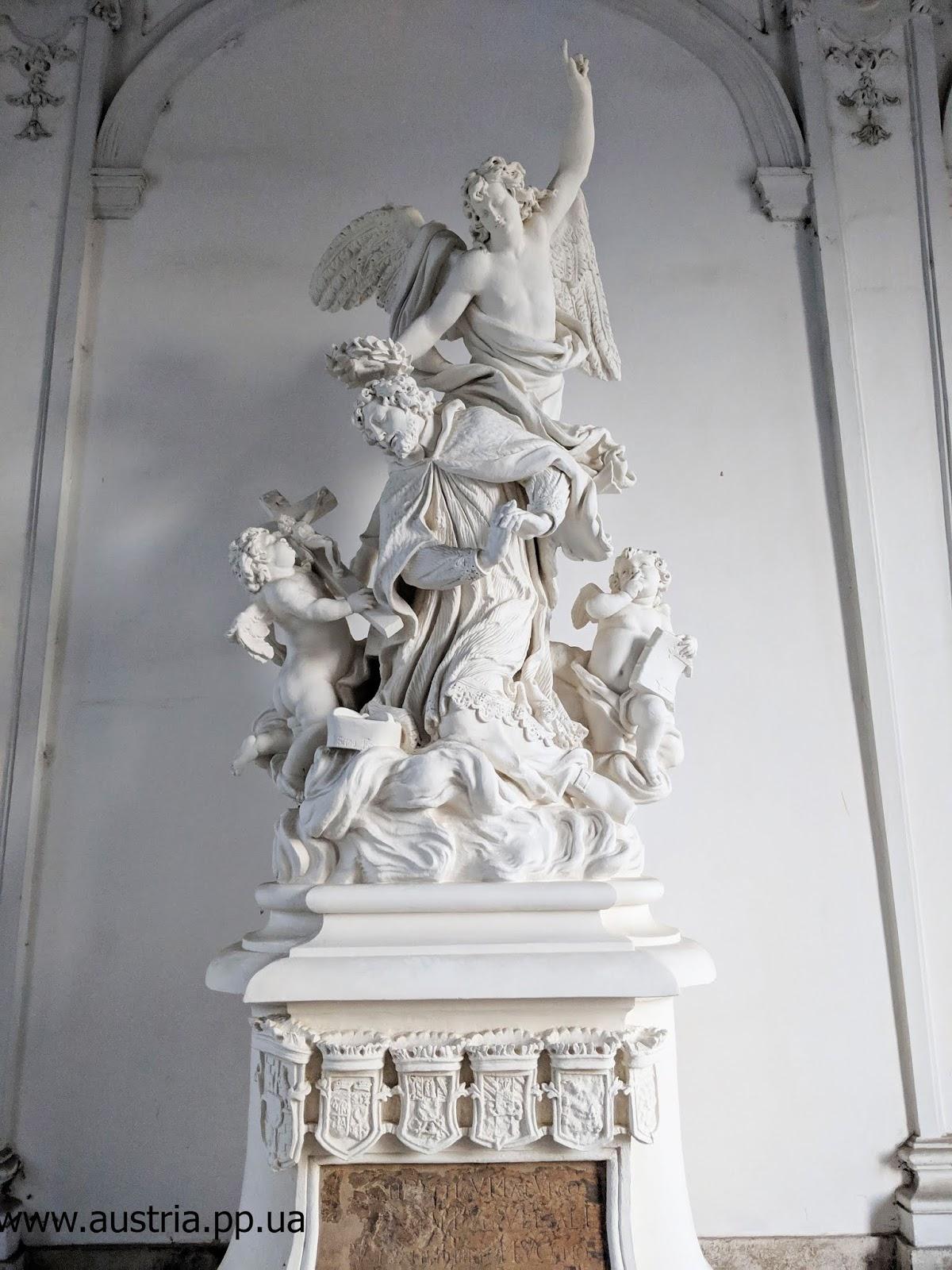 Памятник на входе в Нижний Бельведер