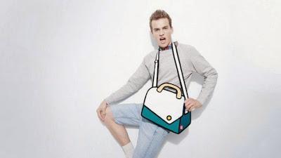 Hombre modelando con bolso blanco
