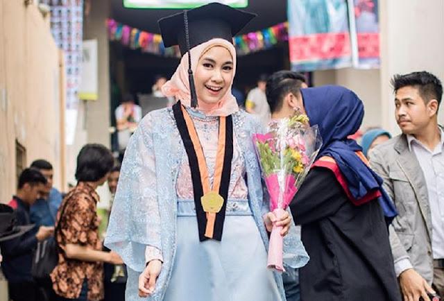 Tampil Cantik Saat Wisuda Dengan Menggunakan Fashion Hijab Muslimah