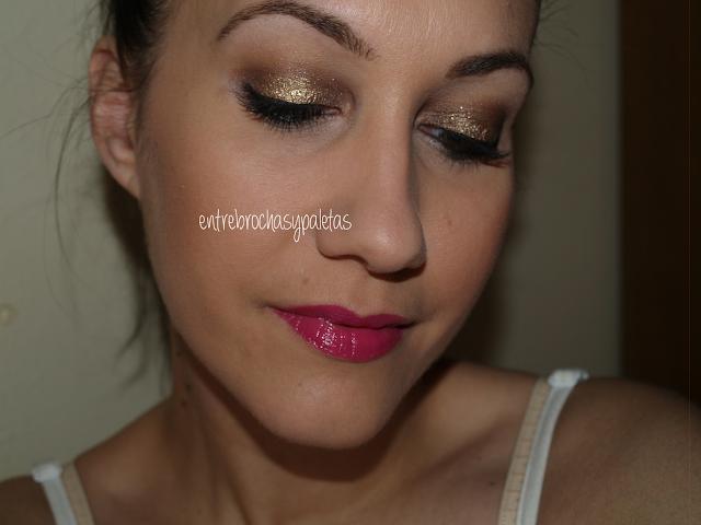 maquillaje dorado labios fucsias