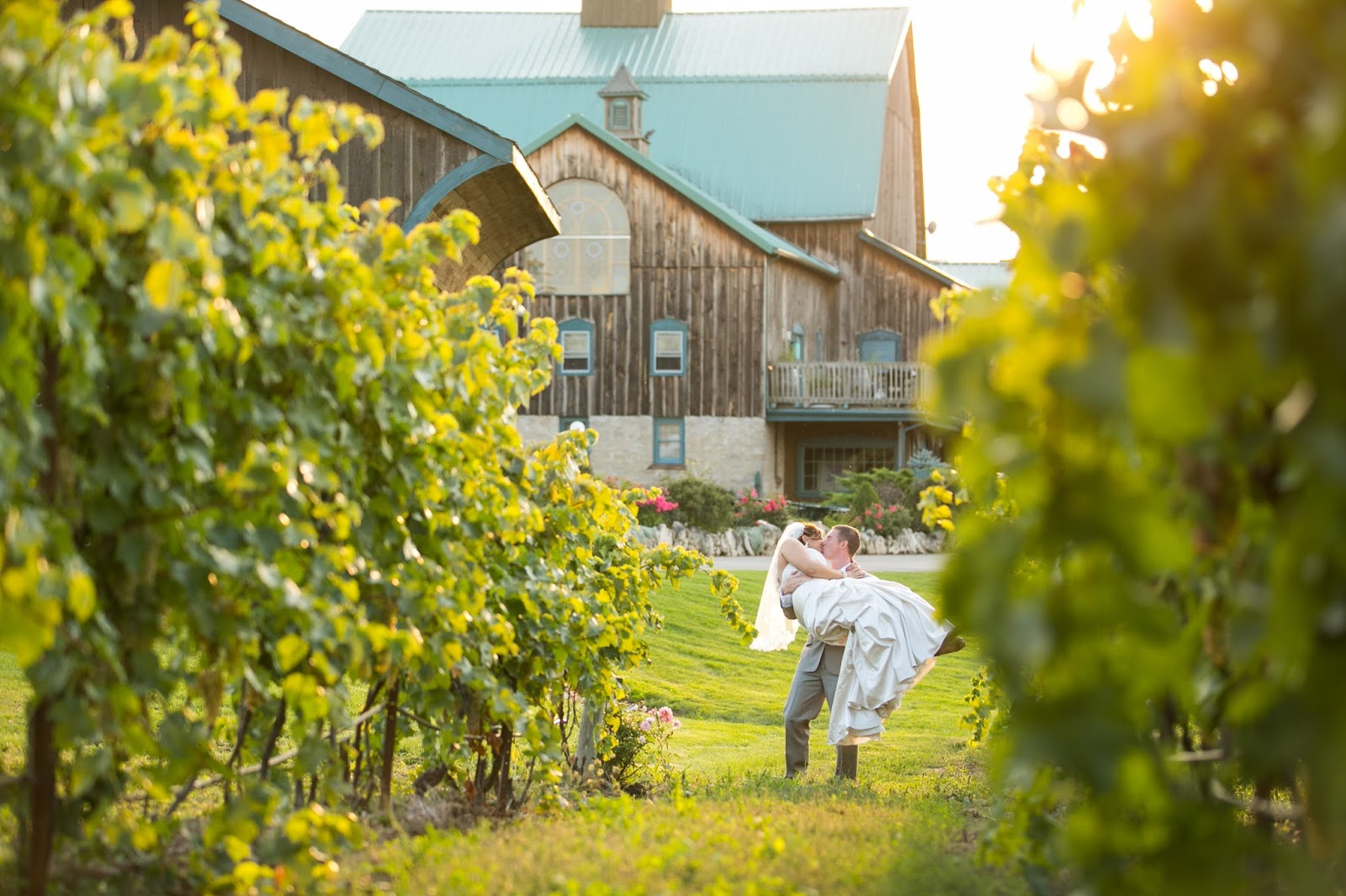 Winery outdoor wedding photos // the-lifestyle-project.com