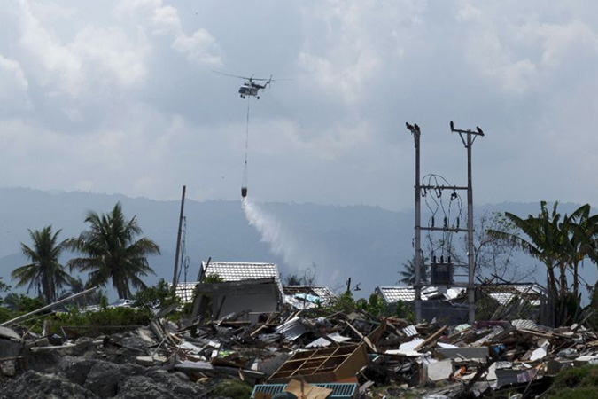 Penelitian Indonesia Used Helicopters to Drop disinfectant on Sulawesi's Quake and Tsunami