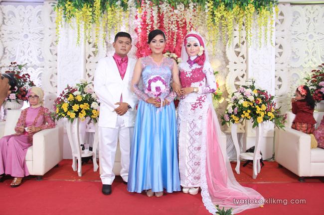 Foto Liputan Pernikahan Tyas & Joko   Bag.8 - Pose Foto Keluarga & Kerabat 2 Pada Resepsi Pernikahan Tyas & joko 10 Juli 2016   Klikmg.com Fotografer Pernikahan Purwokerto
