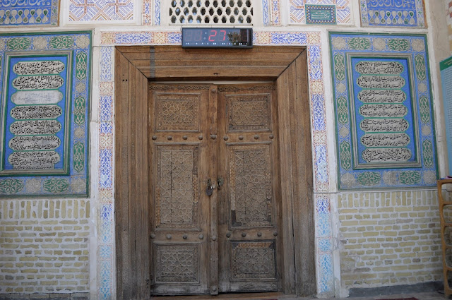things to see and do in Bukhara Uzbekistan bolo-hauz mosque
