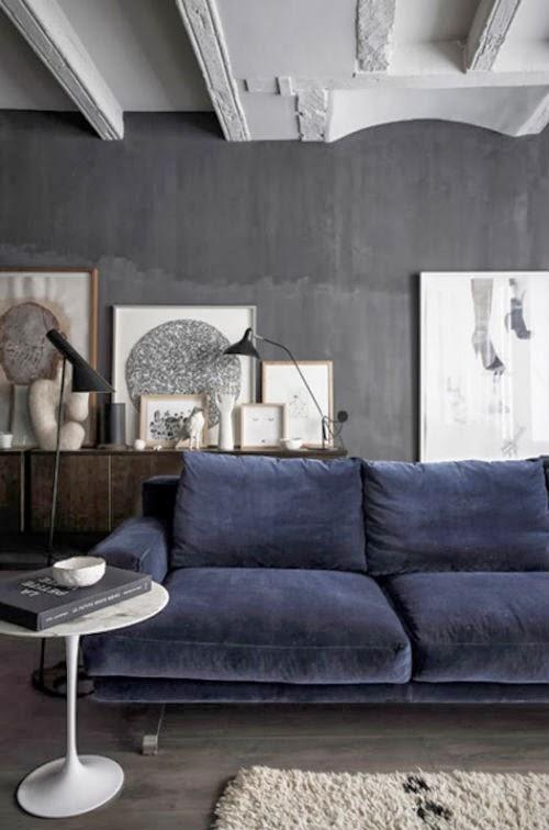 Blog Leuchtend Grau: Blaues Sofa vor schwarzer Wand