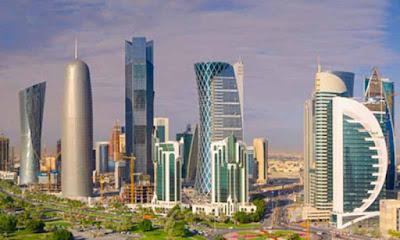 Sejarah Qatar    Sejarah  Qatar dulunya dikuasai oleh syekh dari Bahrain, tapi pada tahun 1867, pecah perang antara rakyat dan penguasa absensi mereka. Untuk menjaga perdamaian di Teluk Persia, Inggris diinstal Muhammad ibn al- Thani Thani, kepala keluarga Qatar terkemuka, sebagai penguasa wilayah. Pada tahun 1893, orang Turki Ottoman melakukan serangan ke Qatar, tetapi emir berhasil dibelokkan mereka. Pada tahun 1916, emir setuju untuk mengizinkan Qatar untuk menjadi protektorat Inggris.  Minyak ditemukan pada 1940-an, membawa kekayaan ke negara pada 1950-an dan 1960-an. Sekitar 85 % dari pendapatan Qatar dari ekspor berasal dari minyak. Penduduknya memiliki salah satu dari pendapatan per kapita tertinggi di dunia. Pada tahun 1971, Qatar adalah untuk bergabung dengan emirat lain dari Pantai Trucial untuk menjadi bagian dari Uni Emirat Arab. Tapi keduanya Qatar dan Bahrain memutuskan untuk merger dan bukannya membentuk negara merdeka.  Qatar mengizinkan pasukan internasional untuk menggunakan Qatar sebagai dasar selama Perang Teluk 1991. Sebuah sengketa perbatasan meletus dengan Arab Saudi yang menetap di Desember 1992. Sebuah perselisihan teritorial dengan Bahrain atas Kepulauan Hawar tetap belum terpecahkan, namun. Pada tahun 1994, Qatar menandatangani pakta pertahanan dengan Amerika Serikat, menjadi negara Teluk ketiga untuk melakukannya. Pada bulan Juni 1995, Putra Mahkota H