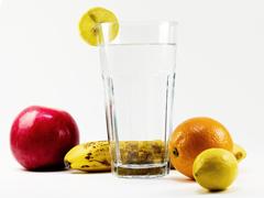 comer frutas y beber agua adelgaza