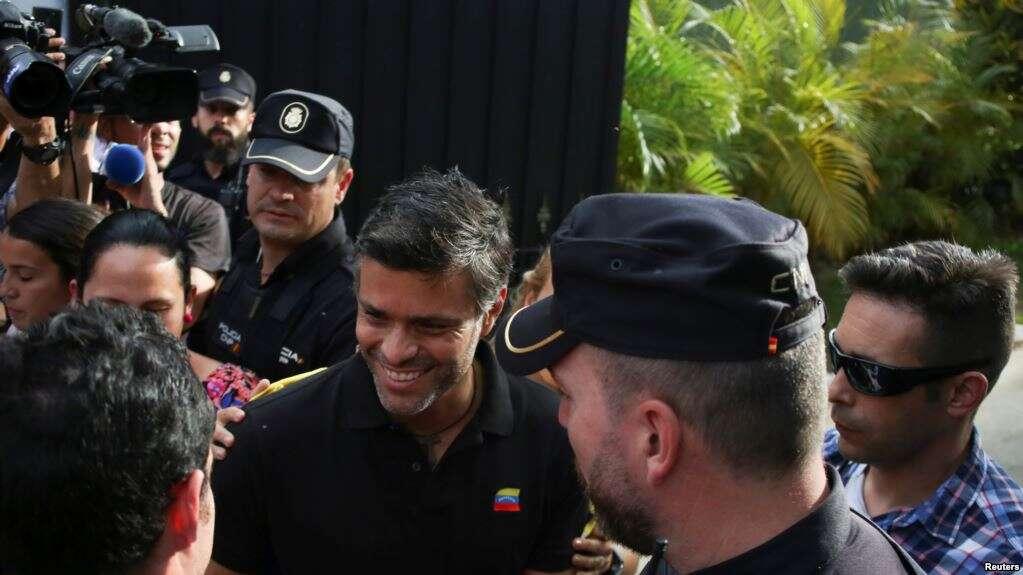 Opositor López fue liberado de su arresto domiciliario y se asiló en la embajada de Chile durante la Operación Libertad / REUTERS