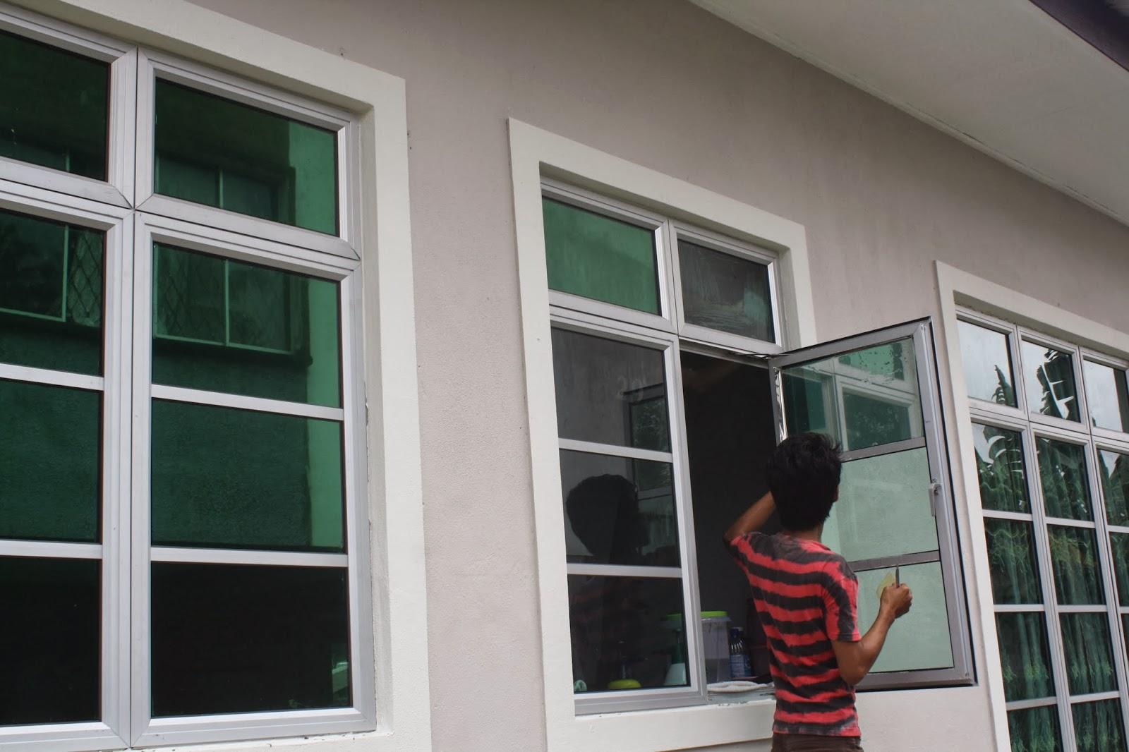 Pekerja Northpole Sedang Memasang Tinted Cermin Tingkap Di Bahagian Dapur Rumah