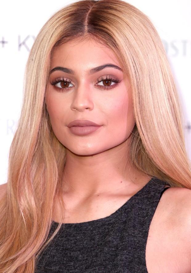 Modelo Kylie decidiu se inspirar na irmã mais famosa, Kim Kardashian, e aderiu aos cabelos loiros