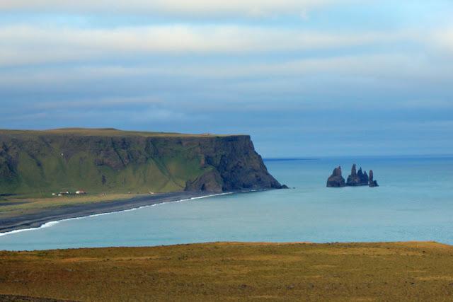Playas de arena negra de Vik en Islandia