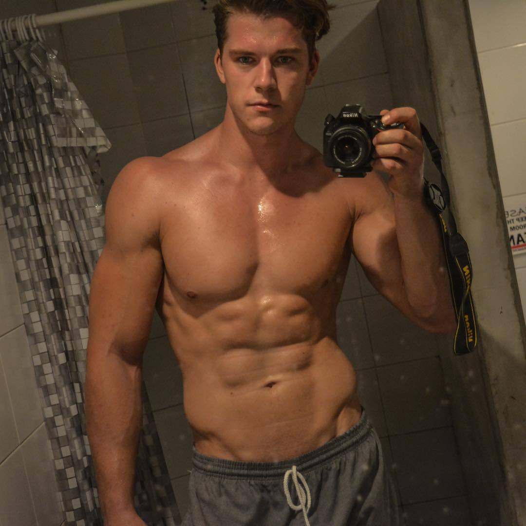 stunning-dude-kaz-van-der-sexy-shirtless-selfie