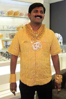 Pria memakai perhiasan emas
