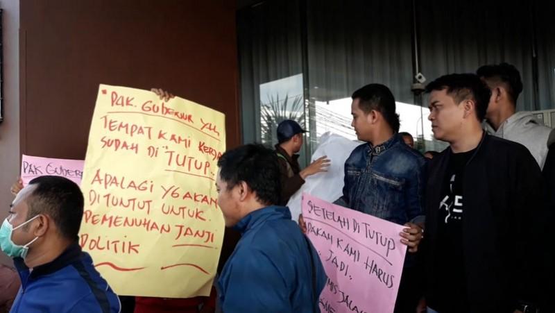 Eks karyawan Alexis memprotes penutupan tempat mereka bekerja