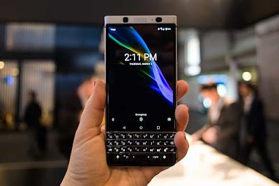 BlackBerry sigue viva, por más que su cuota de mercado haya llegado a tocar el suelo y se haya refugiado en TCL y en Android para seguir teniendo presencia en el sector. Prueba de ello son sus modelos DTEK, con buenas críticas allá donde se presentan y una relación calidad/precio bastante buena, y prueba de ello es su última presentación, la vuelta de los teclados físicos. La BlackBerry KEYone se había rumoreado anteriormente pero se presentó en sociedad durante el CES de las Vegas a primeros de este año 2017, y volvió a estar presente en Barcelona, en el Mobile