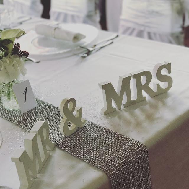 Mr & Mrs Tischdekoration mit Silberleuchtern und Glitzer, 4 Hochzeiten und eine Traumreise 2.0 im Riessersee Hotel Garmisch-Partenkirchen, Traumlocation am See in den Bergen, 2017