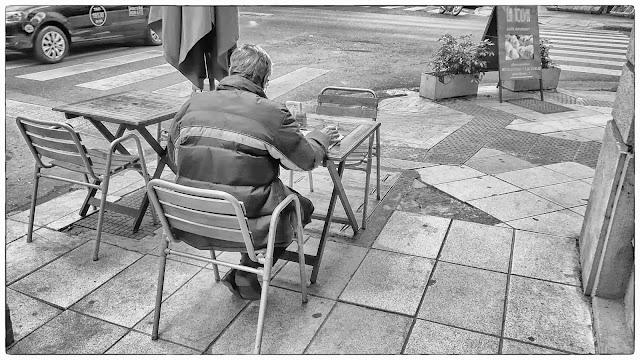 Foto de calle en blanco y negro