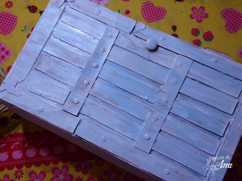 Ropero para muñecas con una caja de cartón