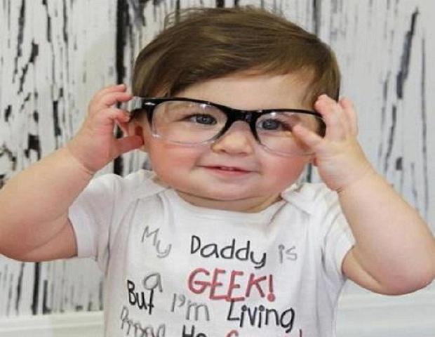 Photo d un bébé mignon qui essaye de porter des lunettes de vue. 3168e10cae07