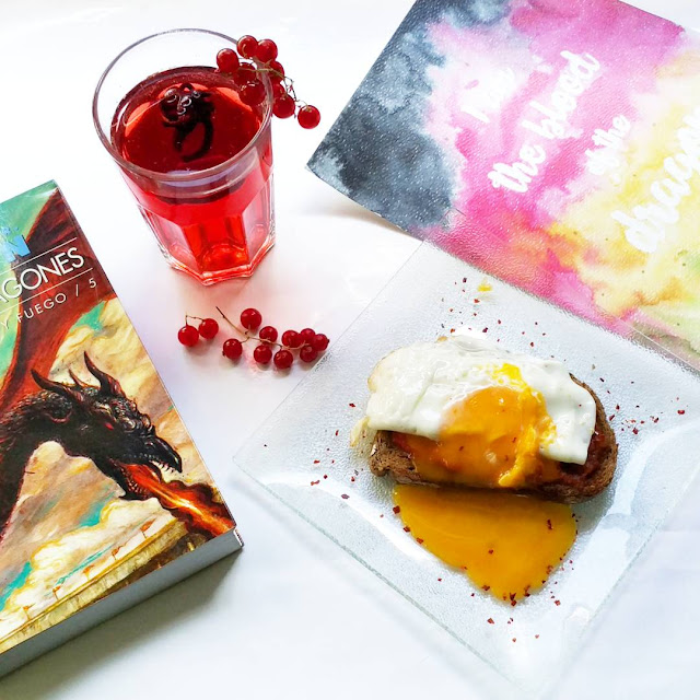 te rojo y pan con huevo frito, sale un libro de juego de tronos