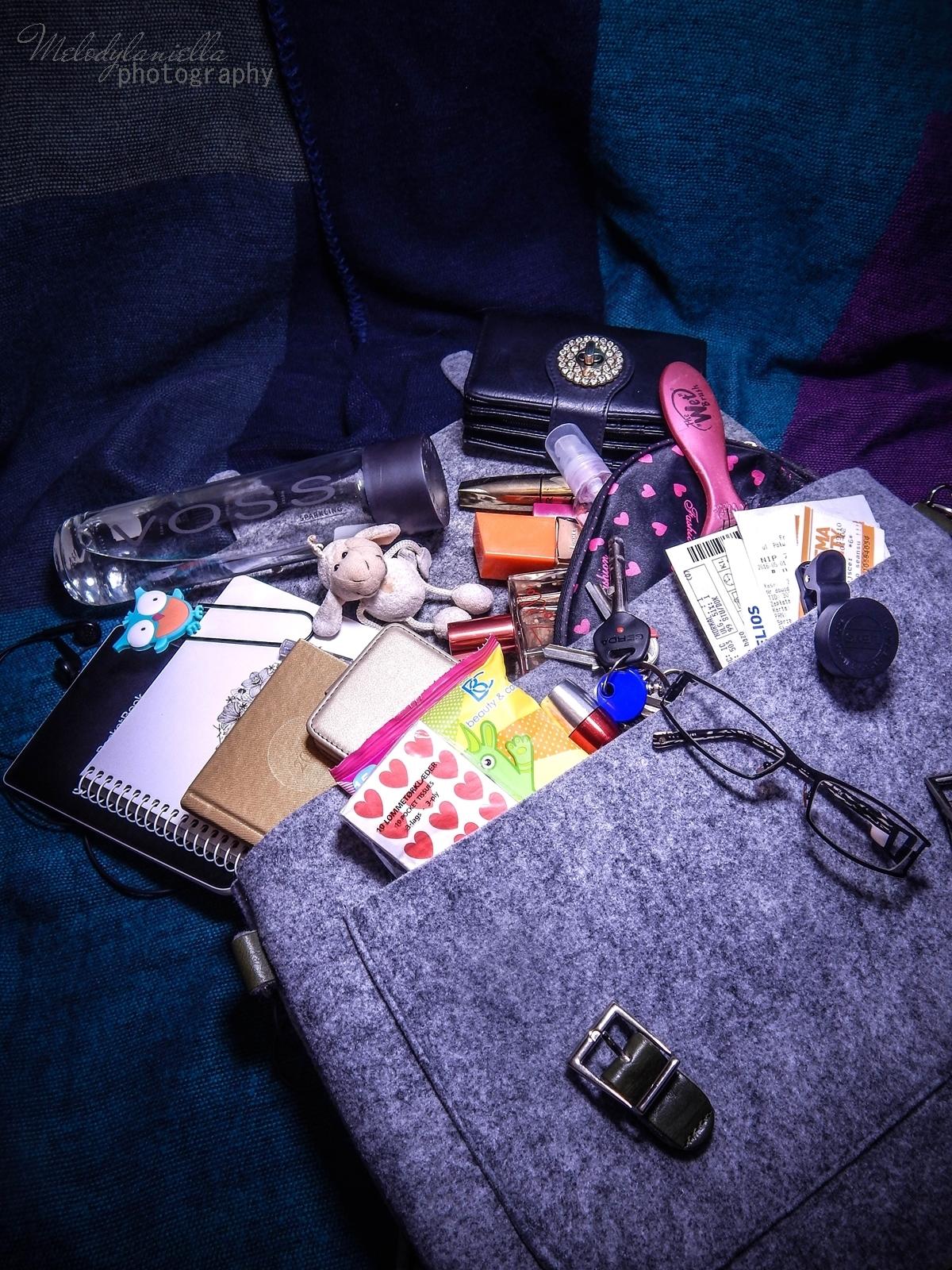manzana co jest w mojej torebce filcowa szara listonoszka ze skórzanymi dodatkami