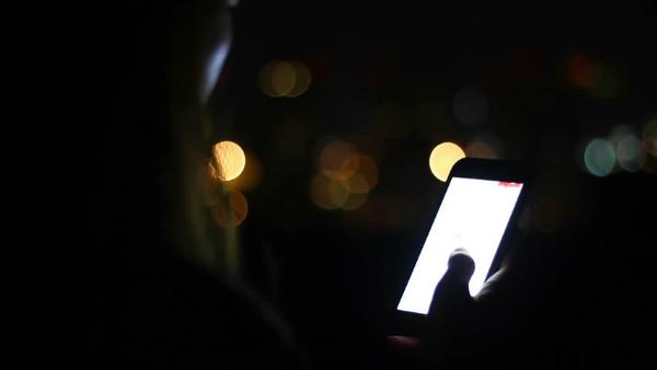 دراسة: أشعة الهواتف الذكية قد تؤدي للعمى!