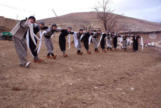 La danse et le costume kurde