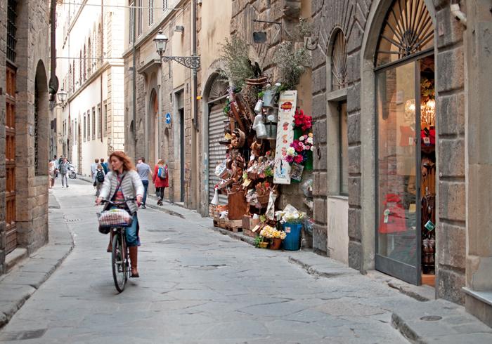 Une boutique à la devanture très chargée à Florence