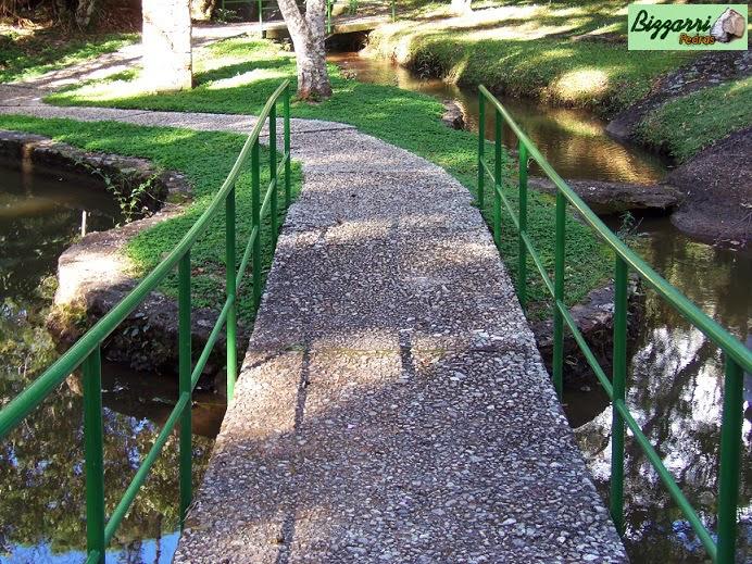 Para caminhar no bosque no Atibaia Clube da Montanha executamos os caminhos de pedra com pedregulho do rio e a construção do lago e os muros de pedra rústica.