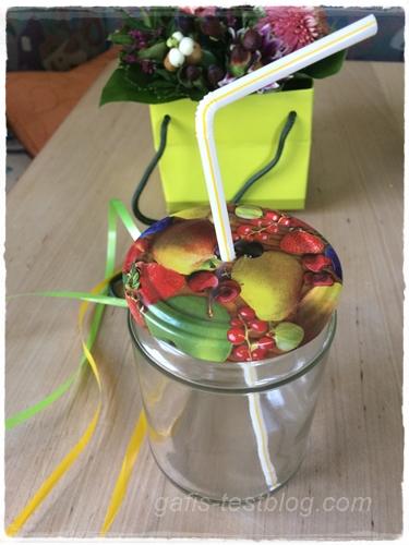 Einmachglas mit Strohhalm und Deckel