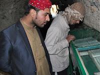 Cara Warga Pakistan Perlakukan Salinan Alquran yang Rusak