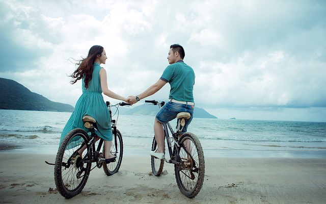 couple in a bycicle
