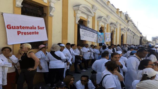 Médicos exigen pago de aumento salarial en Guatemala