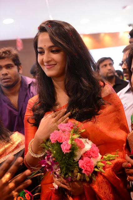Acress Anushka Shetty Pos in Saree~  Exclusive 0003.jpg